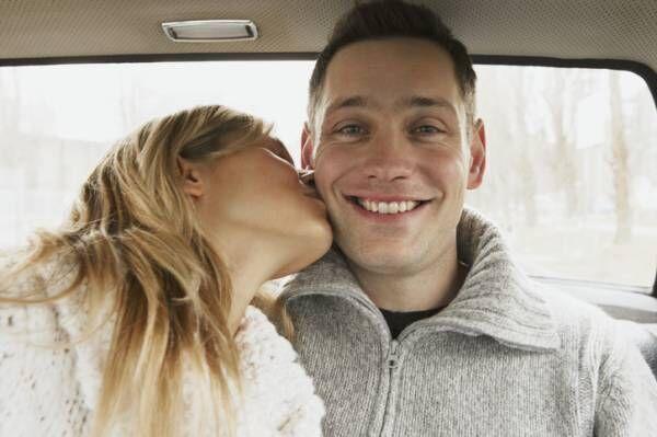 お礼の言葉と一緒にチュッ♡ 男性が落ちた女性からの「さり気ないキス」4選