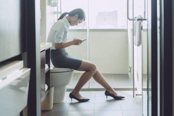 トイレの中では何してる…? トイレ中の行動で分かるあなたの「深層心理」