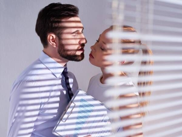 """あっという間に""""深い関係""""… 社内不倫をし続ける「男性の特徴」3つ"""