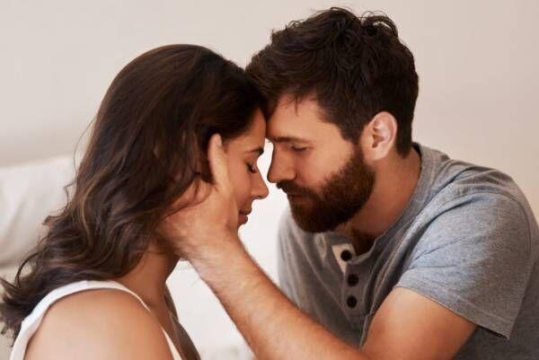 """""""今すぐ抱きしめたい…!"""" 男性の「本能を刺激する女性」の特徴4つ"""