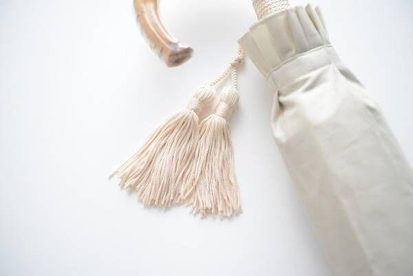 これからの季節の必需品。特別な「日傘」で雰囲気のある装いを。[PR]