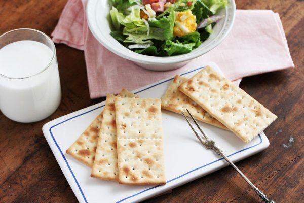 のせる、はさむ、割る。「クラッカー」で作る簡単朝食アイデア♪