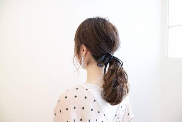 髪を巻いてヘアアレンジした女性
