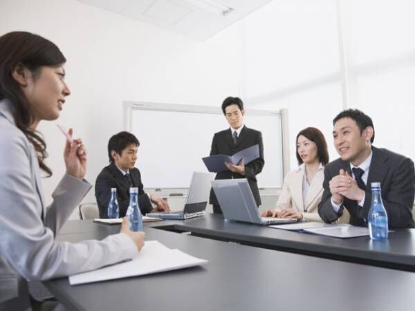 会議室で議論するシーン