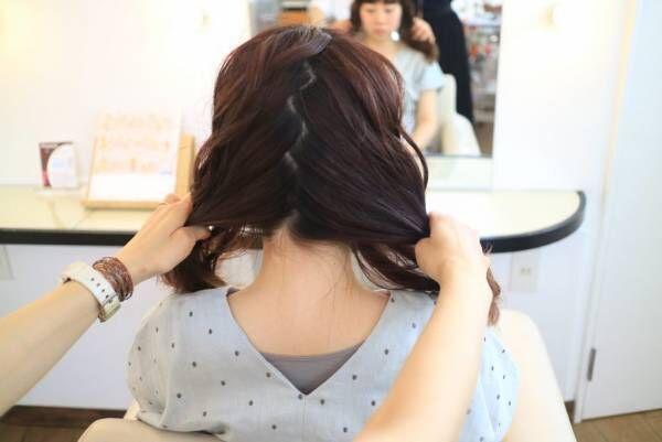 髪をジグザグに分ける