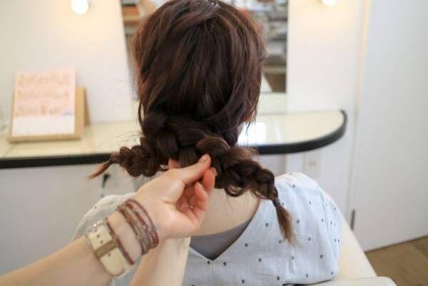 左右の三つ編みをクロスして、毛先を内側に入れ込みピンでとめる