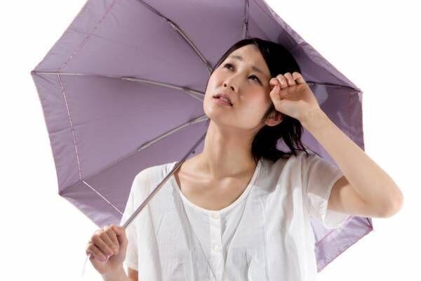 夏に日傘をさす女性