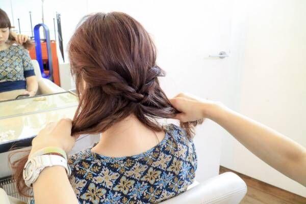 毛先を半分に分けて、それぞれを二つに分けてネジネジして結びます