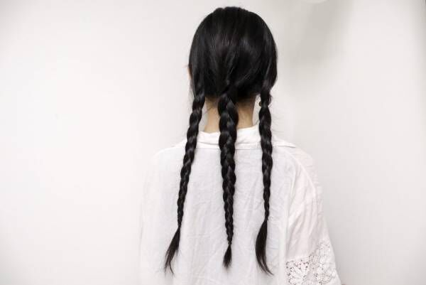 髪を縦3つにわけて、それぞれ三つ編みにする。