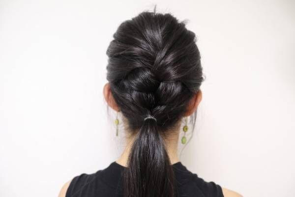 下の残った髪を三つ編みの「上」で、ひとつに結びます