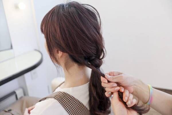ゴムの結び目に残した髪を少し捻りながら巻き付けます。