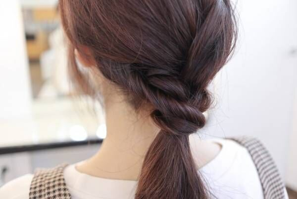 巻き付けた毛先をゴムで結びます。