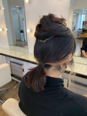 ハチ上の髪を残して、その下の髪をひとつにまとめる。