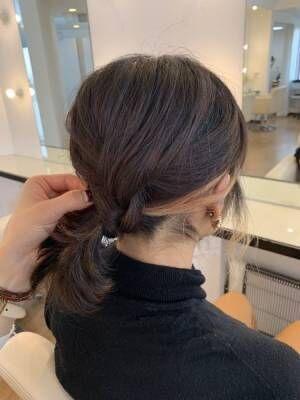 ひとつにまとめた下の髪に、上の三つ編みを巻き付けて、ピンでとめる。
