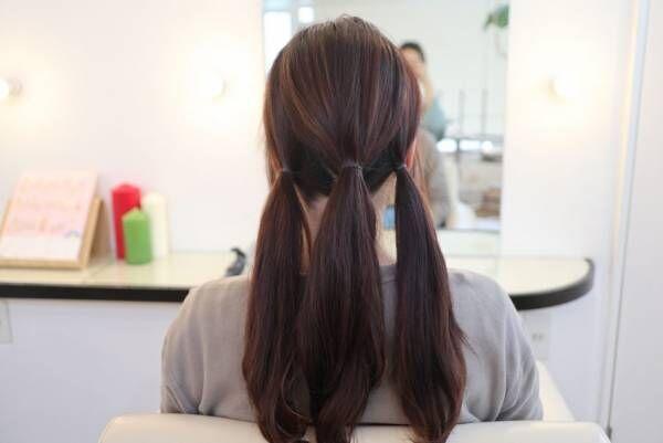 髪を縦に3つに分けて、それぞれゴムで結びます。