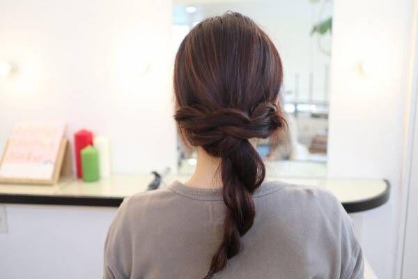 右の毛束は左に、左の毛束は右に。左右をクロスさせてピンで留めます。