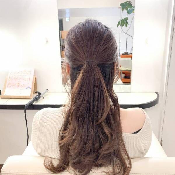 髪を耳上あたりで上下に分け、上側の髪をハーフアップにして結びます。