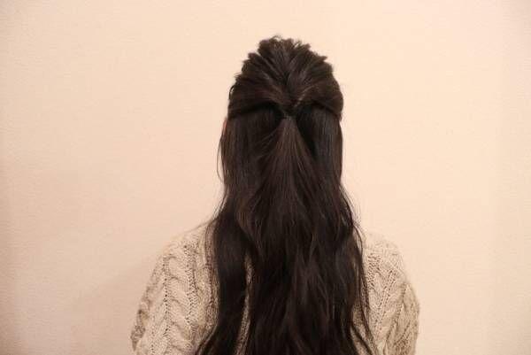 髪を後頭部でハーフアップにして、くるりんぱします。
