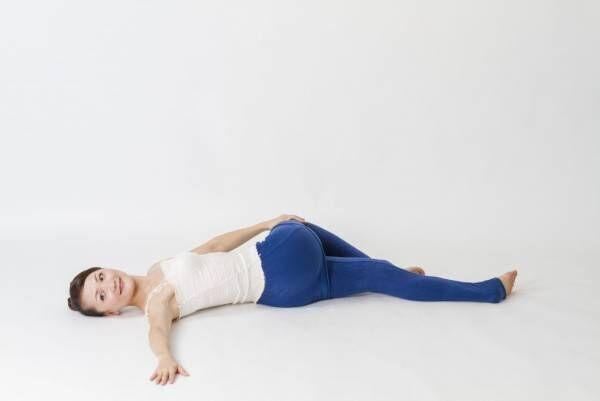 ベッドで寝たままOK!「猫背・腰痛・肩こり」一気に解消できるストレッチ