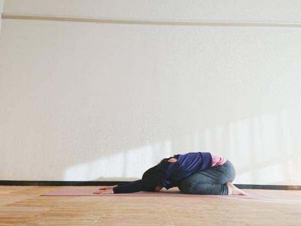 お尻を後ろに引き、正座の姿勢から両手を前に伸ばします。