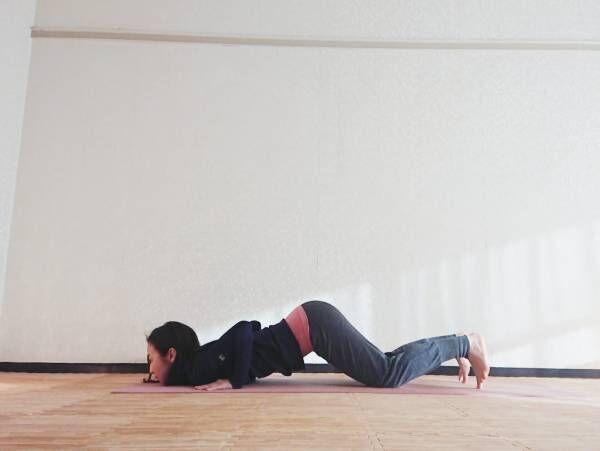肘が開かないように脇をキュッと締めて、胸をマットに下ろします。