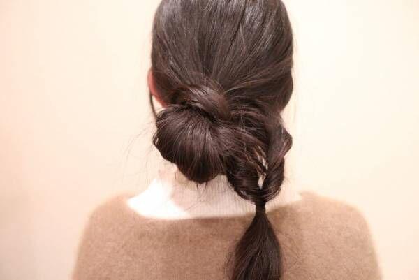 逆くるりんぱした毛束をゴムから3センチくらいのところでまたゴムで結び、再度くるりんぱします。