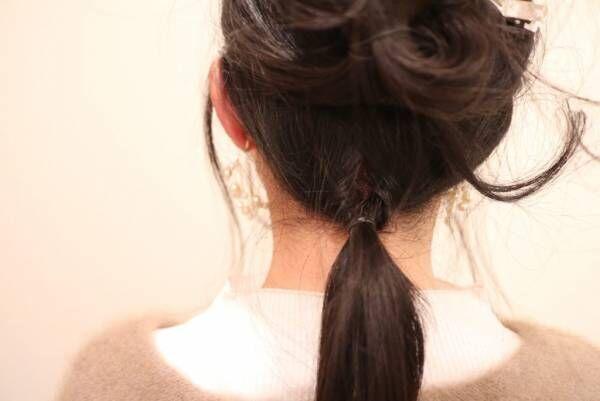 襟足の髪をまとめ、下から上に通して逆くるりんぱします。