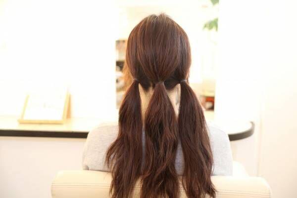 髪を縦に3つに分け、それぞれをゴムで結び