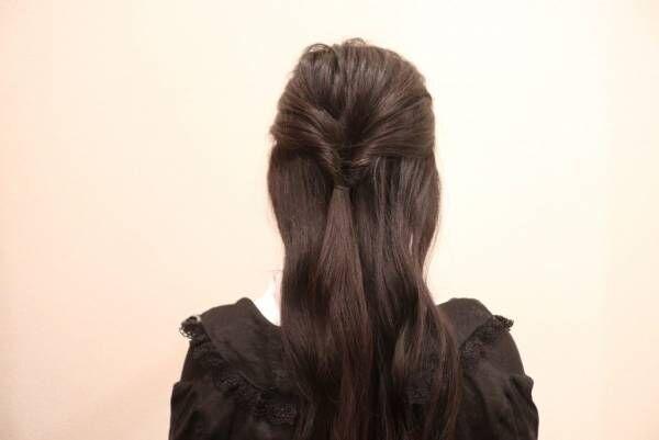 耳上の髪を後ろで結び、くるりんぱします。