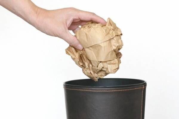 ゴミを捨てる
