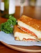 """チーズとトマトの""""ダブルとろり""""が美味!簡単「ツナメルトサンド」"""