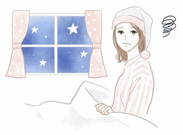 ベッドに入った寝付けないの女性
