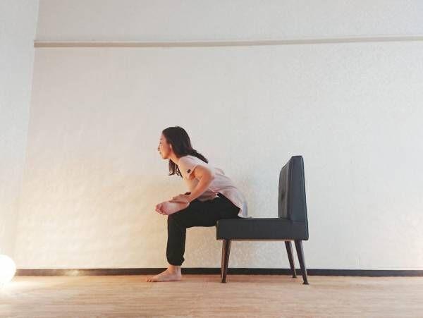 椅子ヨガで腰痛改善!お尻を気持ちよく伸ばす「コアラのポーズ」