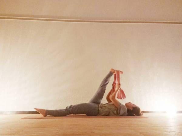 足の疲れスッキリ♪タオルを使って寝たまま簡単「仰向けで足を上げるポーズ」byヨガインストラクター kayoさん