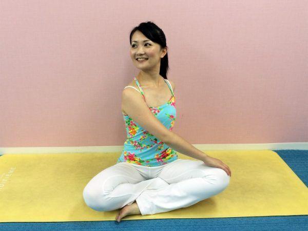 たるんだ背中と脇腹をスッキリ!朝おすすめの「深呼吸ストレッチ」byピラティストレーナー TOMOKOさん