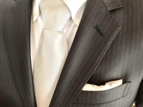 白いネクタイ