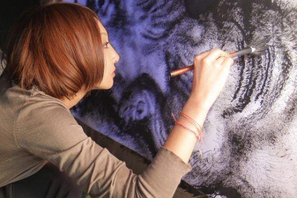 絵を書く女性