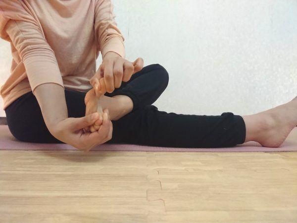 冷えやすい足先がポカポカに!血行をよくするヨガ「足指ほぐし」