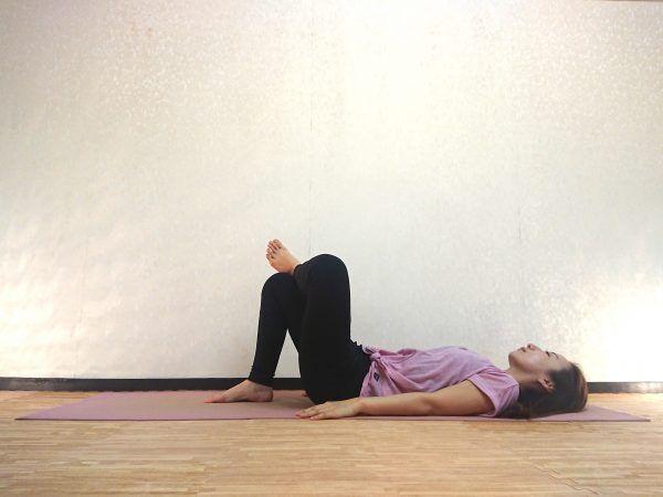 寝たまま簡単♪お尻を伸ばす腰痛対策ヨガ「針の穴のポーズ」