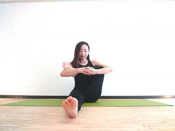 足のむくみスッキリ!リンパの流れを改善するヨガ「股関節ほぐし」