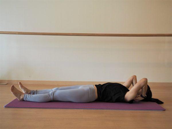 「頭痛」がつらい朝に。ベッドの中でできる簡単ストレッチ♪
