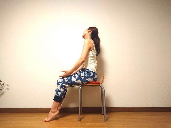 座ったまま簡単♪肩こりを解消する「2分イスヨガ」