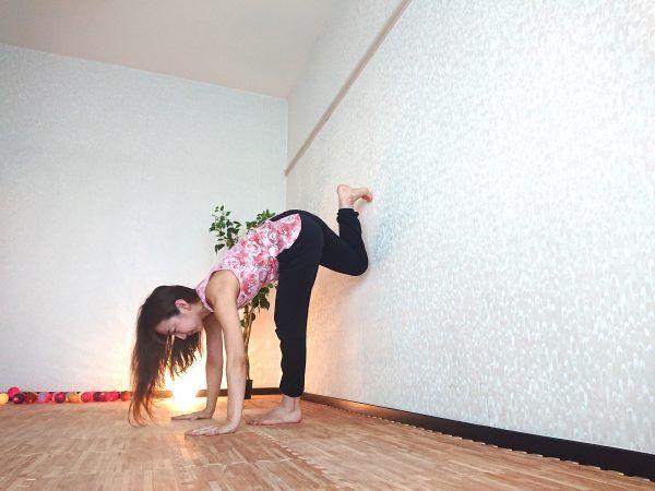 おうちの壁でチャレンジ◎股関節周りを柔軟にするヨガ「縦開脚」