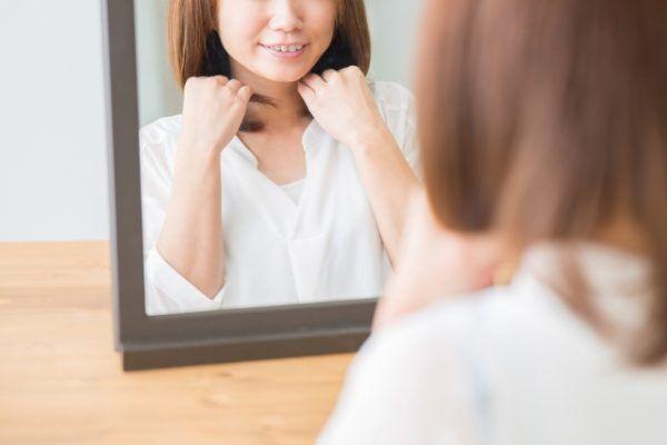 朝髪を整える女性