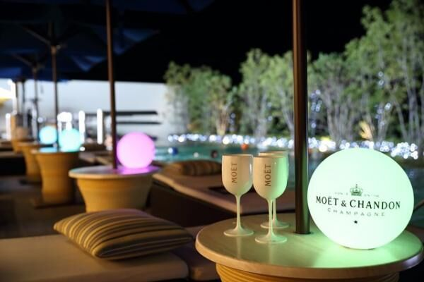 夜景とシャンパンで大人時間!「神戸みなと温泉 蓮」のナイトプールがいまアツい!