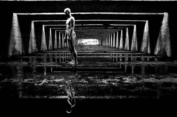 写真家・田原桂一とダンサー・田中泯が創り上げる《光と身体》のフォトセッション「光合成」
