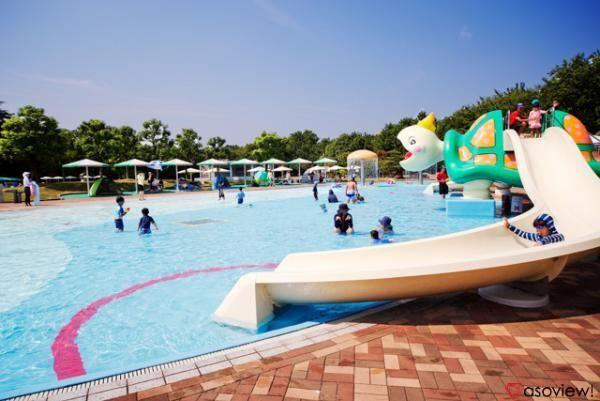 大阪府豊中市「服部緑地ウォーターランド」のプールは緑に囲まれてリゾート感満載!