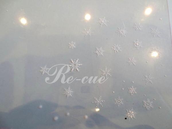 今回はネイルシールを使って雪の結晶ネイルを作成