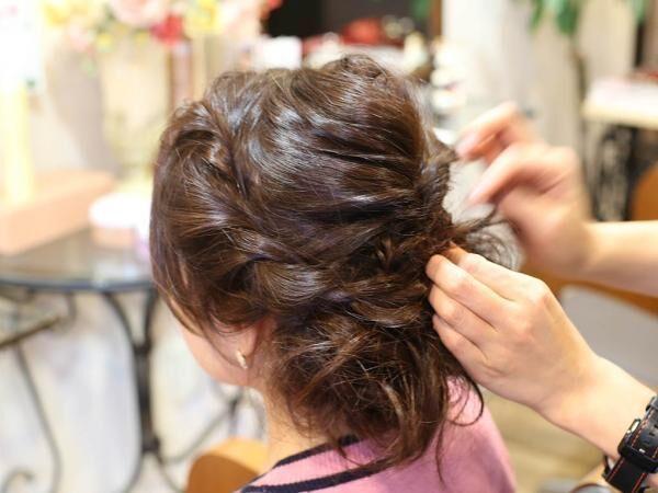 ラフな雰囲気のポイントは逆毛!くるりんぱ&ロープ編みのお出掛けアップスタイル