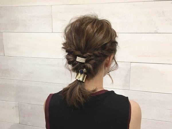 ゴールドの飾り付きヘアゴムで作る大人かわいいローポニーテールのヘアアレンジ